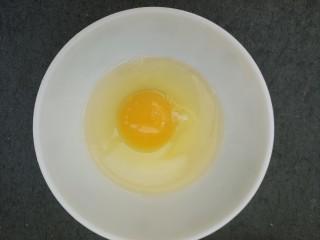 火腿肠鸡蛋炒木耳,打入碗中