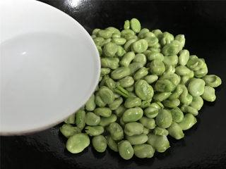 清炒蚕豆,炒匀后加入少许水。