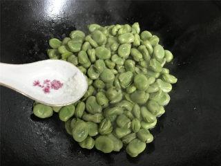清炒蚕豆,然后加入少许糖调一下味。