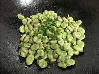 清炒蚕豆,最后撒入香葱碎。