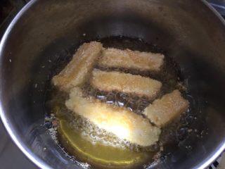 脆炸鲜牛奶,将牛奶条轻放入热油中炸至外表金黄即可捞出