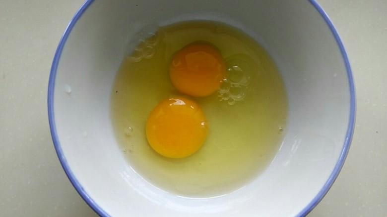 苦瓜摊鸡蛋,两个<a style='color:red;display:inline-block;' href='/shicai/ 9'>鸡蛋</a>打入小碗中