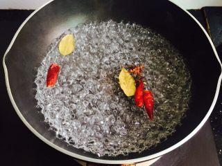 水煮毛豆,放入清洗干净的八角、辣椒、香叶小火煮10分钟