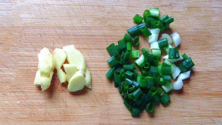 地三鲜,姜洗净切片,葱切葱花备用。