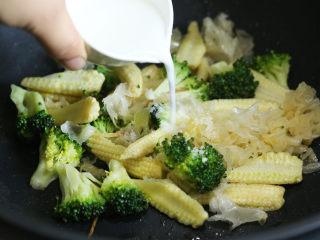 炒三脆,接着加入盐调味,淋入水淀粉勾芡。
