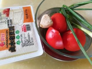 番茄彩椒烧豆腐,番茄及葱姜蒜头大蒜洗净
