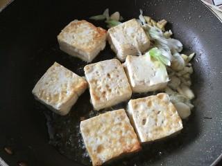番茄彩椒烧豆腐,改大火,加入葱姜蒜头大蒜爆香