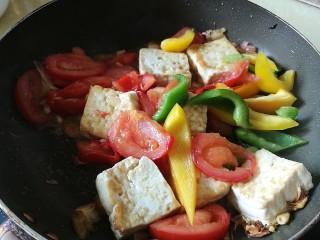 番茄彩椒烧豆腐,改大火,加入菜椒彩椒翻炒
