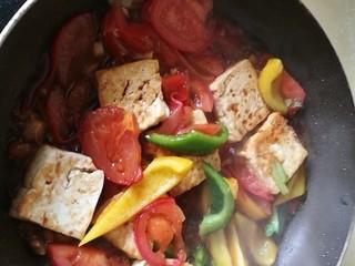 番茄彩椒烧豆腐,加入酱油料酒糖翻炒,撒上干罗勒叶、胡椒粉