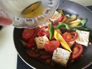 番茄彩椒烧豆腐,加入芝麻油