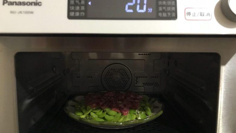 蒜香豆瓣蒸腊肠,放入蒸箱,水箱放满水,选择原气蒸功能,20分钟