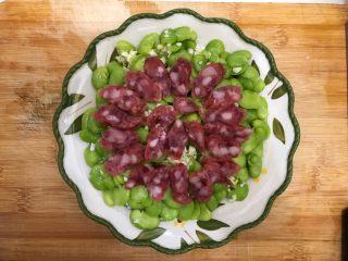蒜香豆瓣蒸腊肠,如图所示,码到蚕豆上