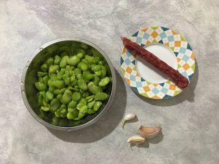 蒜香豆瓣蒸腊肠,首先我们准备好所有食材