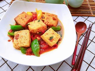 番茄彩椒烧豆腐,豆腐外脆里嫩,吸饱了番茄的汤汁,每一口都酸甜可口,营养丰富