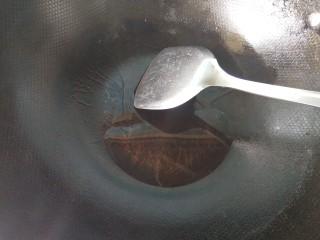猪油炒瓠子,锅内放油,烧热。