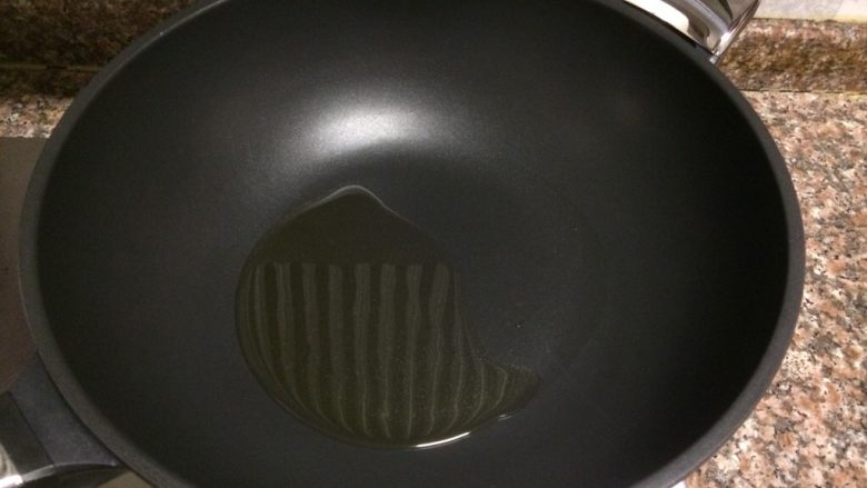 什锦豆腐羹,热锅倒油烧至八成热。