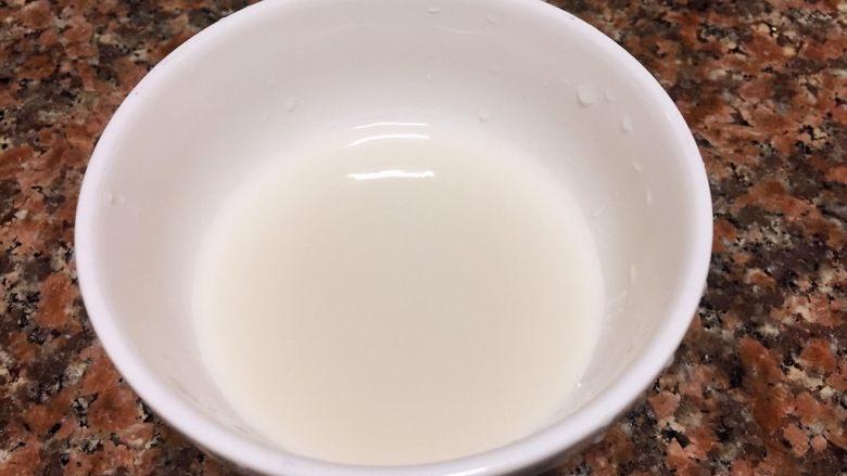 什锦豆腐羹,取碗加入一勺淀粉和半碗清水拌匀。