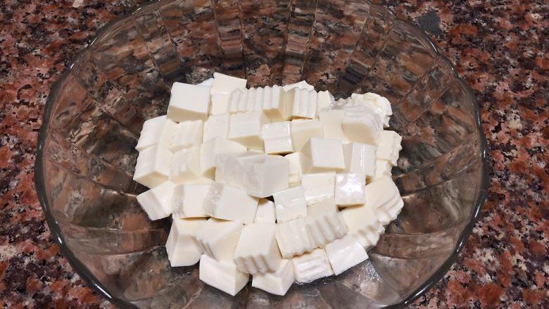 什锦豆腐羹,将豆腐切小丁。