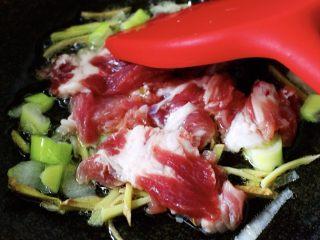 菠菜白玉菇虾皮汤,再加入切片的猪肉,大火进行快速翻炒