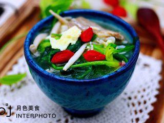菠菜白玉菇虾皮汤,铛铛铛,营养丰富又补钙的蔬菜汤完美出锅咯,撒上几颗提前洗净泡发的枸杞,完美,喝上一碗,清理肠胃又排毒
