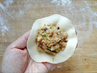 鲜笋香菇肉包,擀成中间厚边缘薄的皮,包入适量的馅,捏成包子