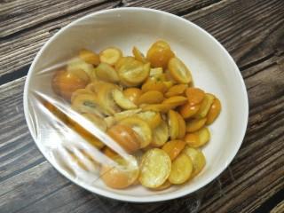 金桔酱,搅拌均匀,盖上保鲜膜,放进冰箱腌制一天