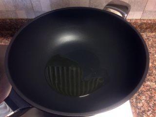 了不起的小番茄+ 酸汤乌鱼片(冬阴功汤版),热锅倒油烧至八成热。