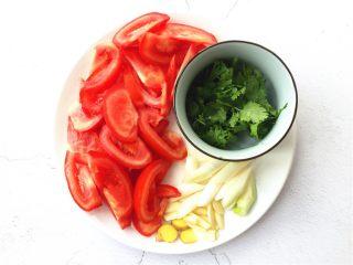 了不起的小番茄+ 酸汤乌鱼片(冬阴功汤版),将番茄切成厚度适中的片,大蒜、生姜切片,大葱、香菜切段备用。