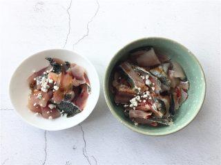 了不起的小番茄+ 酸汤乌鱼片(冬阴功汤版),分别在鱼片和鱼骨内加入适量蒸鱼鼓油、盐、料酒和淀粉拌匀腌制10分钟。