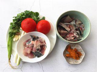了不起的小番茄+ 酸汤乌鱼片(冬阴功汤版),准备材料如图。(鱼在菜市场杀好了,鱼骨和鱼片分开的)