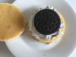 奥利奥蛋糕,奶油涂上蛋糕胚上,放入一个奥利奥,再放上一个蛋糕胚