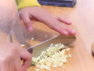 最开胃的下饭菜毛豆炒肉末,把老姜和大蒜切成细末。