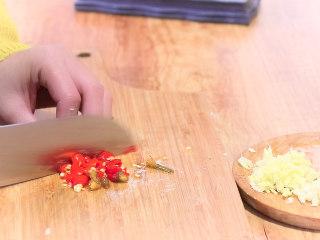 最开胃的下饭菜毛豆炒肉末,泡椒切碎,泡椒的量可根据个人口味增减。