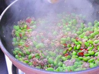 最开胃的下饭菜毛豆炒肉末,加入生抽 蚝油 少量的盐后翻炒均匀至毛豆完全熟透。