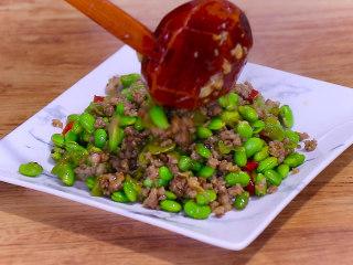 最开胃的下饭菜毛豆炒肉末,盛出装盘即可食用。