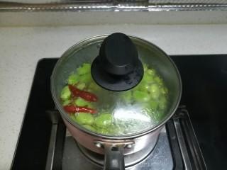 春天中的一抹绿-古早盐水蚕豆,我们把锅盖盖上,如果没有锅盖,可以盖上一个盘子也行,我们持续煮8分钟。