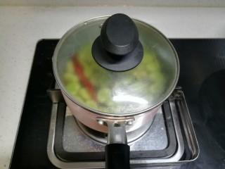 春天中的一抹绿-古早盐水蚕豆,然后我们再把锅盖盖上焖2分钟。