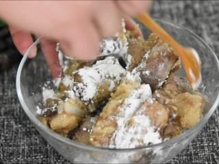 外皮干香不腻,内心鲜嫩可口,多吃一点也没压力的蒜香骨,加入淀粉,搅拌均匀。