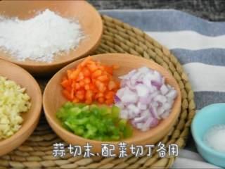 外皮干香不腻,内心鲜嫩可口,多吃一点也没压力的蒜香骨,蒜切末,配菜切丁备用。