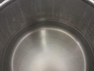 月子餐滋补汤(木瓜章鱼花生扇骨汤),准备好开水下锅