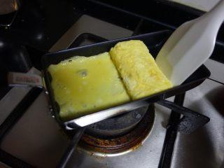 日式厚蛋烧,借助刮刀卷起来的时候,边卷边用刮刀靠住厚蛋烧,尽量形成一个长方体。