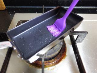 日式厚蛋烧,不粘锅里刷薄薄一层油。