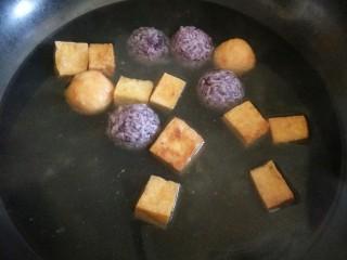 麻辣香锅,先将不宜熟的丸子放入锅中焯水