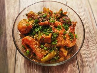 麻辣香锅,最后起锅,撒上芝麻和葱花就可以吃啦