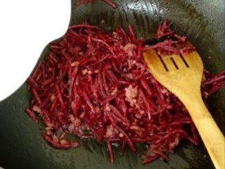 甜菜头炒肉末-甜菜头吃法之二,下甜菜头翻炒均匀后,加一点水大火焖5分钟。