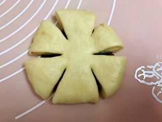 中种豆沙面包,用剪刀剪成六份,中间不要剪断哦