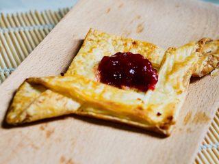 空气炸锅版-草莓酥皮, 空气炸锅180度,十分钟左右,考的时候可以过五分钟,拉开空气炸锅看一下,千万别烤糊了,这是放上一勺草莓酱的效果