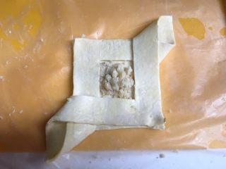 空气炸锅版-草莓酥皮,左边再折过来,中间的莲蓉馅可放可不放,我本来想做莲蓉馅的,事实证明,烤出来的颜色对比没有草莓酱好看