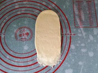 香葱火腿芝士面包,取一面团用擀面杖擀成长舌形、翻面后压簿底边