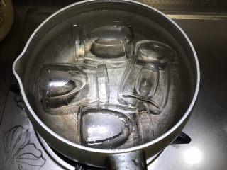 自制草莓果酱,腌制草莓期间,汤锅加水,放入装草莓的玻璃瓶。(一定要凉水放玻璃瓶,不然冷热交替容易裂)